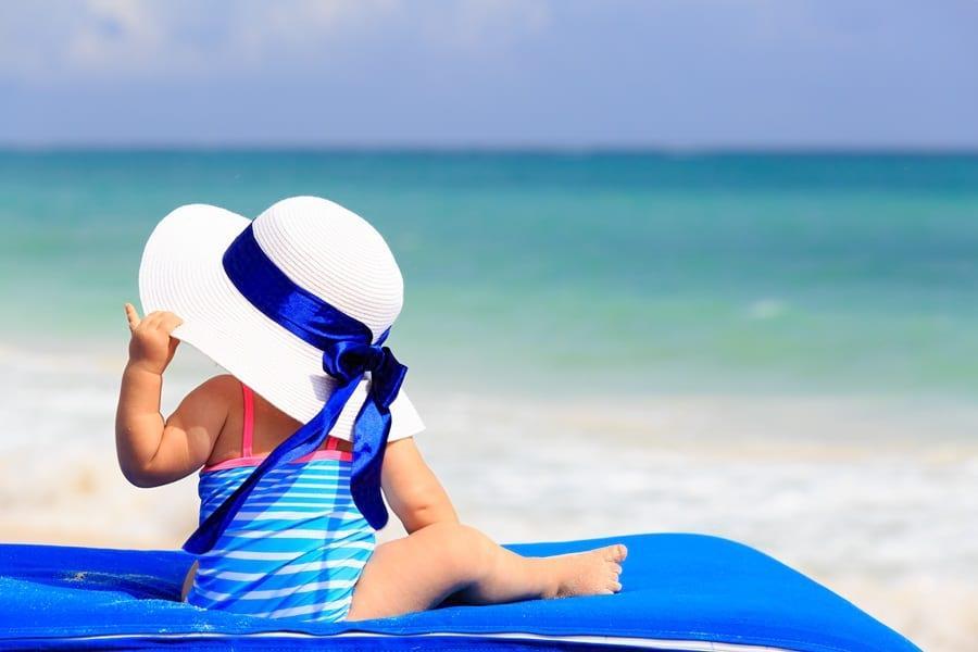 Dziecko na kocu nad morzem