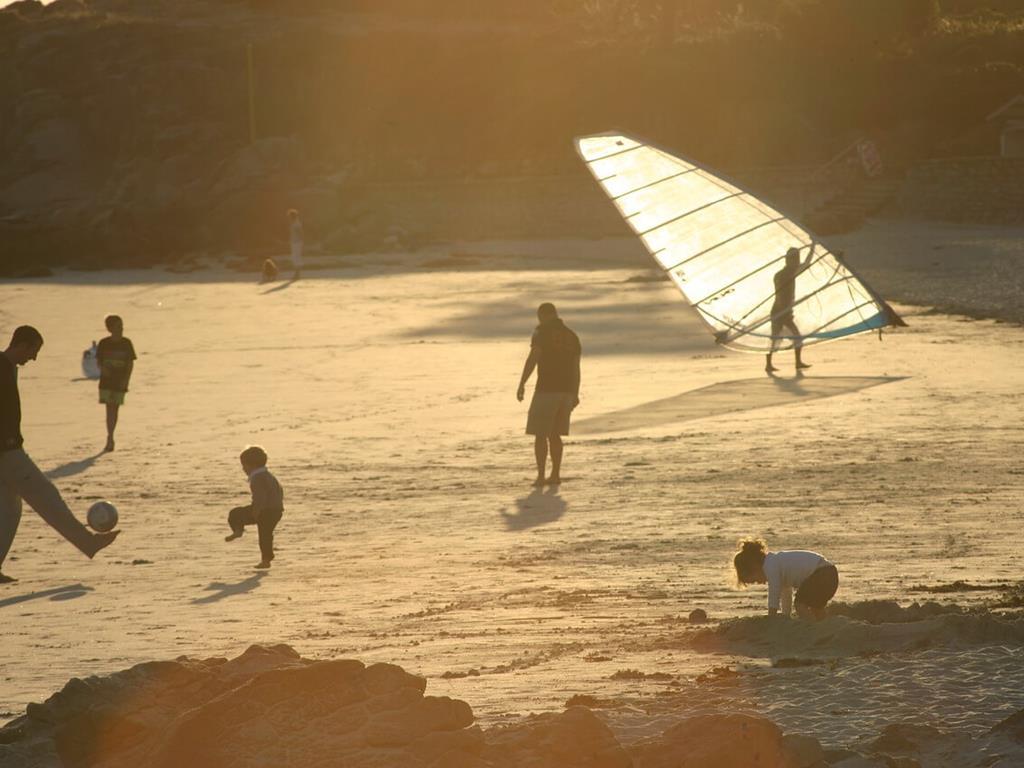 Rodzinny urlop nad morzem. Zachód Słońca nad morzem