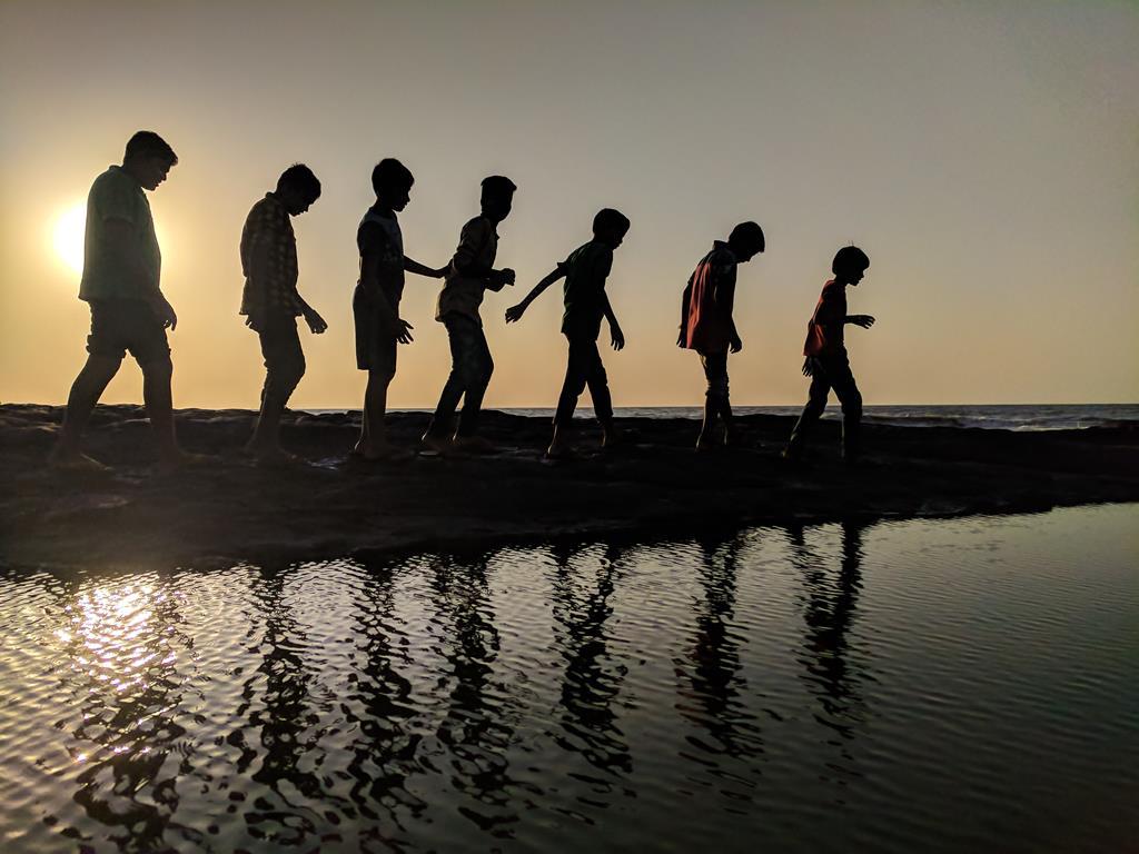 Bawiące się dzieci na plaży w Jastarnii.