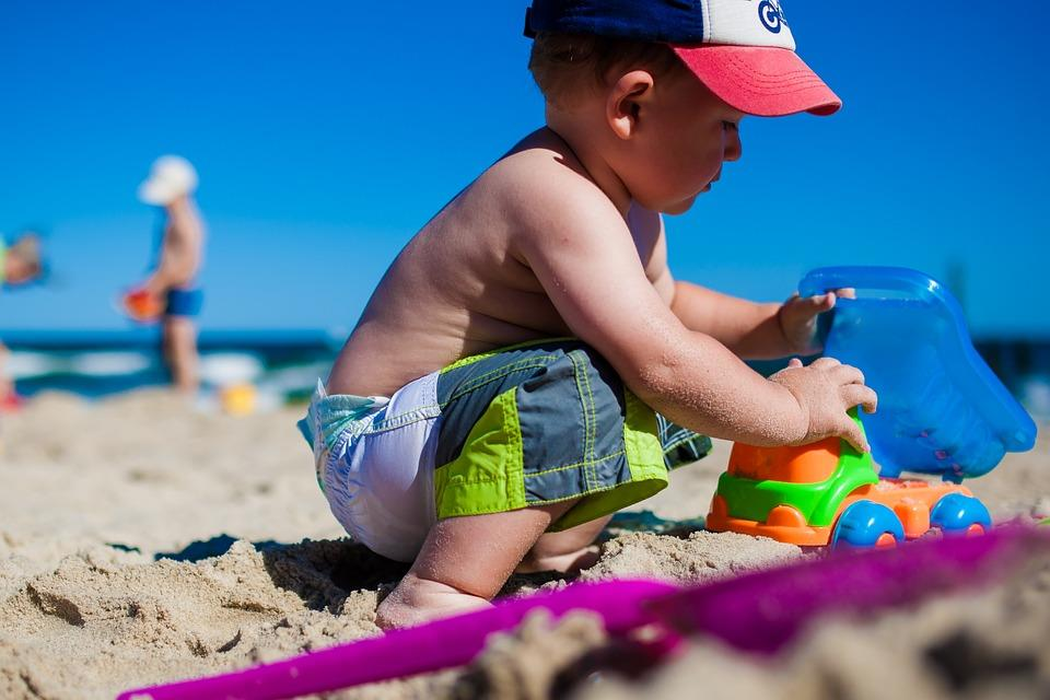 Dziecko bawiące się na plaży we Władysławowie
