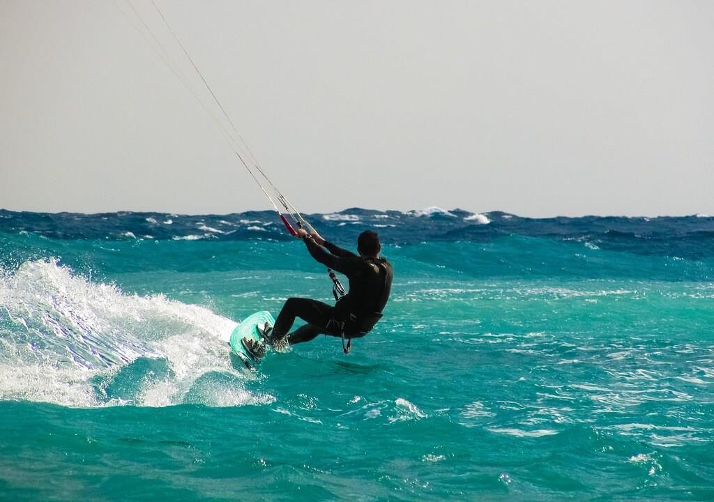 Mężczyzna uprawiający kitesurfing w Polsce