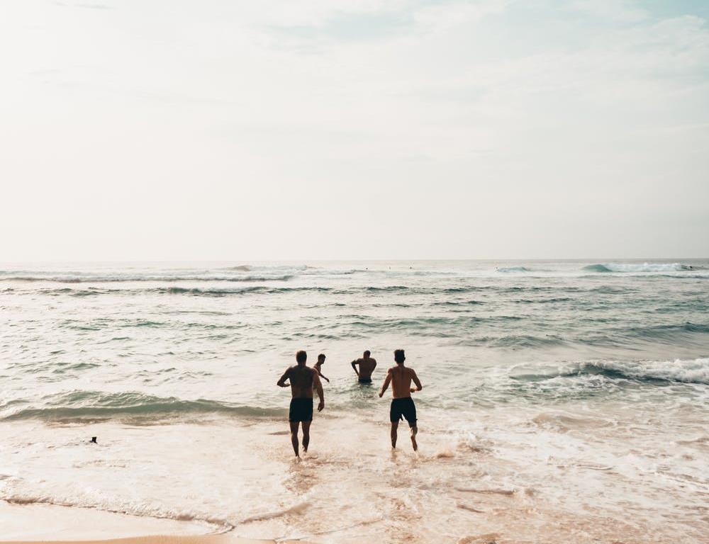 Grupa znajomych wbiegająca do morza w Juracie