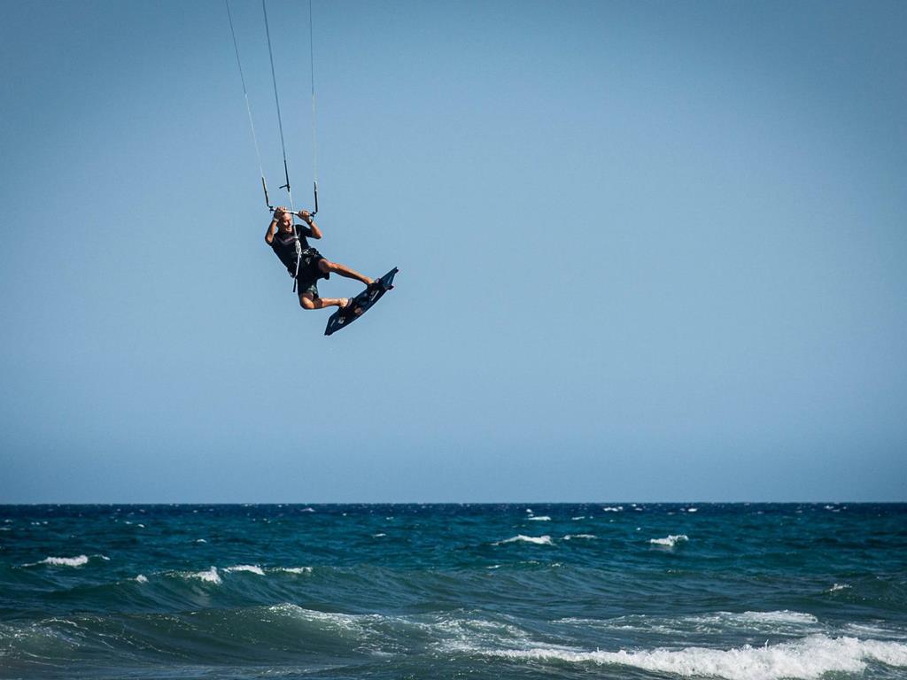 Osoba uprawiająca kitesurfing - jak dobrać sprzęt do kitesurfingu - blueapart.pl