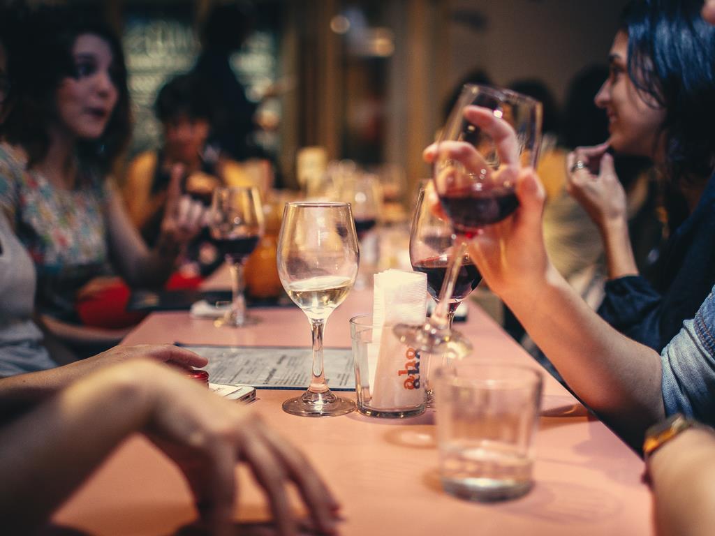 Spotkanie znajomych w winiarni w Juracie.