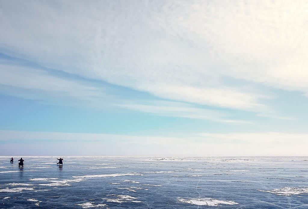 Zamarznięte morze oraz ludzie oddający się morsowaniu