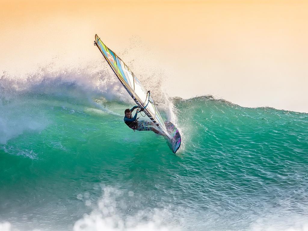 Wakeboarding na półwyspie Helskim o zachodzie Słońca.