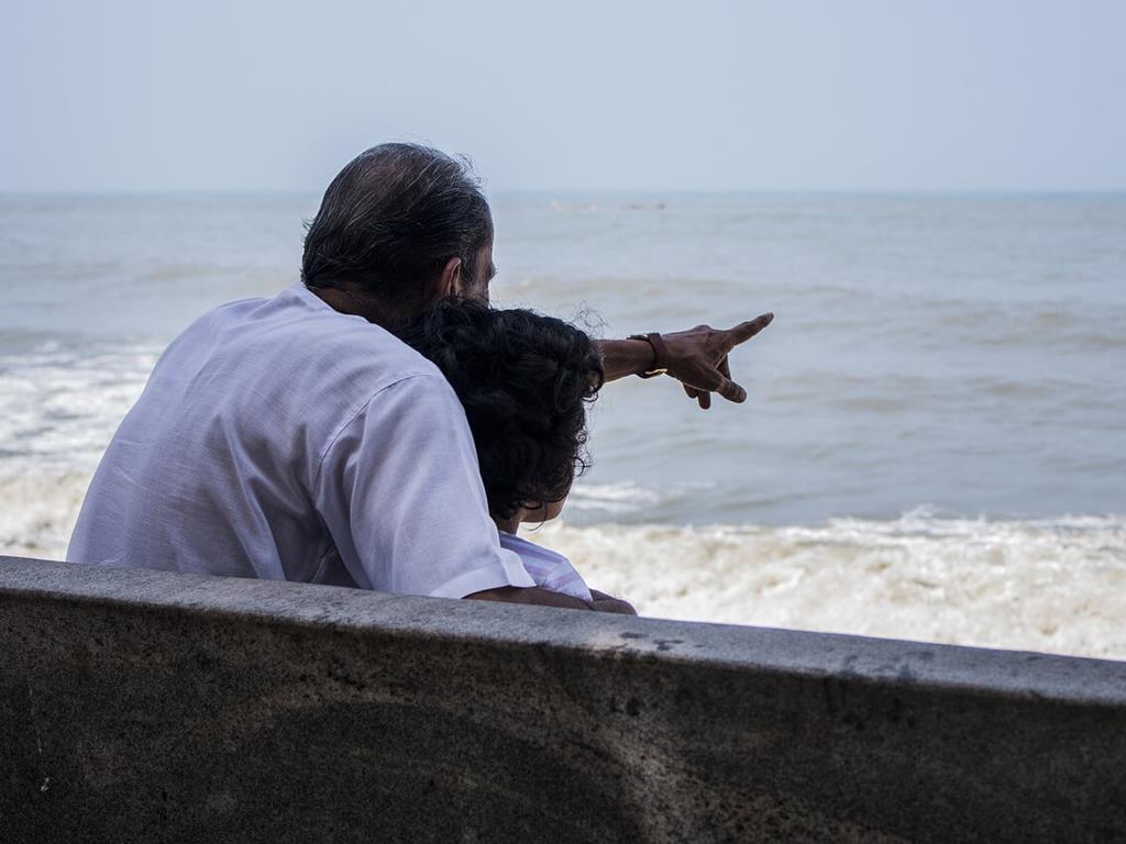 Dziadek z wnuczką na wakacjach nad morzem
