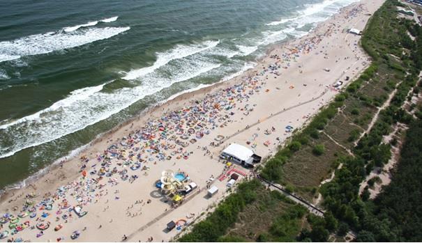 Plaża pełna turystów nad polskim morzem