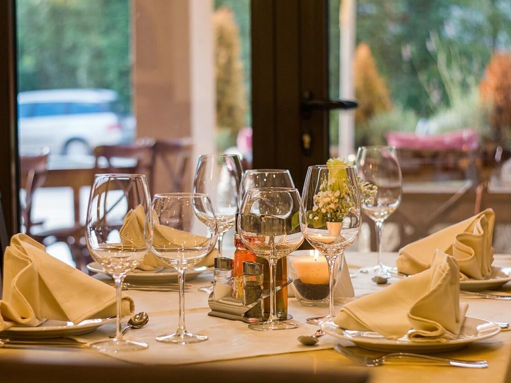 Przygotowany do obiadu stół w restauracji na Helu.