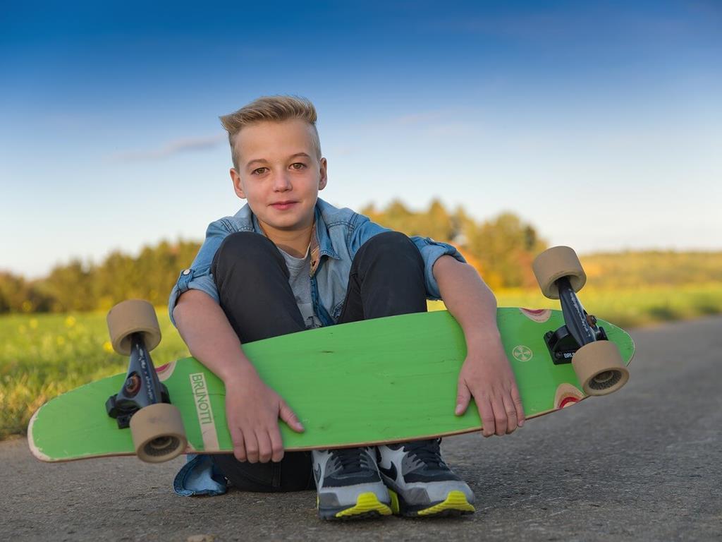 Dziecko z longboardem