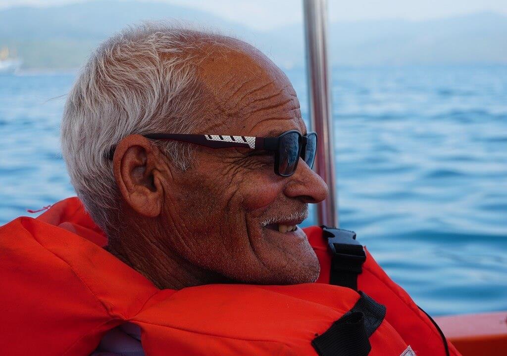 Szczęśliwy senior na wakacjach nad morzem.